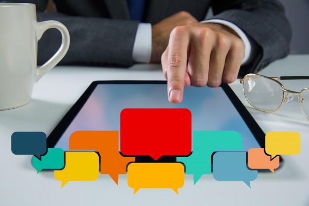 blog para empresas - imagem representa empresário respondendo comentário